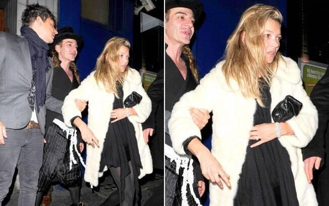 Kate Moss deixando a boate ao lado do noivo e do estilista John Galliano