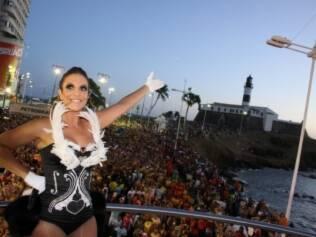 Ivete Sangalo mostra com alegria o seu público em Salvador