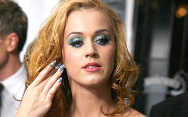 Nail Art nas unhas e olhos esfumados em dois tons de azul