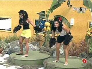 As sisters imitam macaquinhos