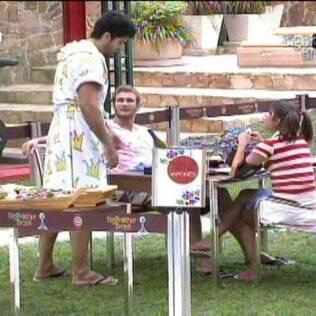Rodrigão conta para os colegas o que descobriu na conversa com Daniel