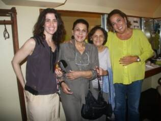 Claudia Jimenez se diverte ao lado dos convidados