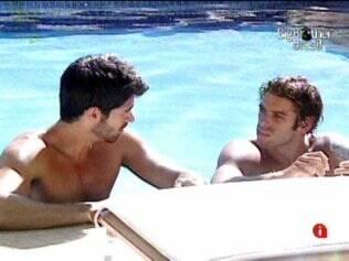 Enquanto os brothers acordavam, Mau Mau e Rodrigão já curtiam e conversavam na piscina