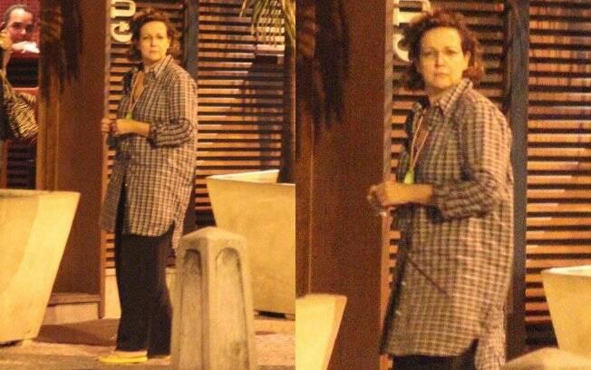 Apesar de camisa xadrez estar na moda, Betty Lago errou na numeração, além de ter escorregado ao combinar a peça com calça muito larga e chinelo de dedo verde limão