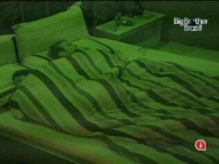 Após trocarem carinhos no Quarto do Líder, Maria e Wesley pegam no sono