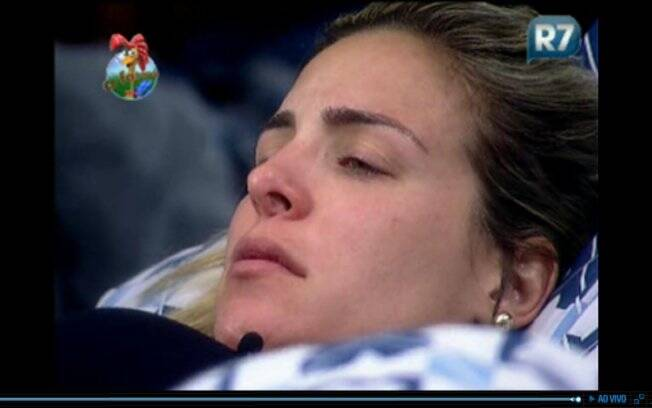 Ainda com as luzes acessas, Joana chora