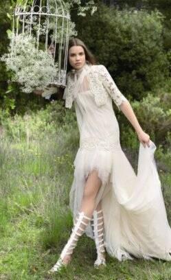 79f8245e5 Cintura baixa assemelha este vestido a um dos anos 20. De Yolan Cris para Black  Vestido de renda ...