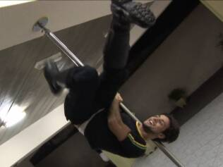Richard Leste, garoto pole dancer, mostra o que sabe nas barras