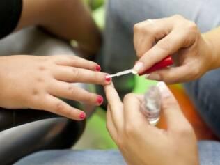 Crianças não devem tirar cutícula. Nem mesmo empurrar com a espátula pode, dizem os médicos