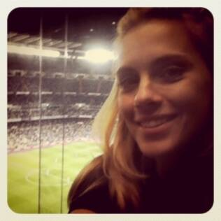 Carolina Dieckmann assistindo ao jogo do Real Madrid contra Getafe