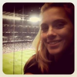 Carolina Dieckmann assistindo ao jogo do Real Madrid contra Getafe