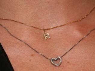 Atriz estava usando um colar com um pingente com a letra