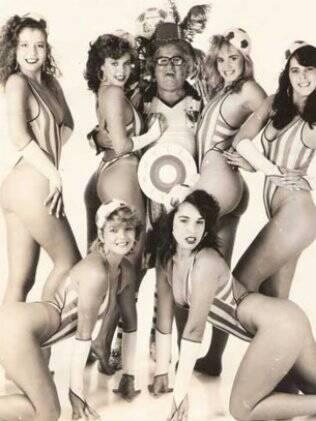 Chacrinha cercado por algumas de suas Chacretes nos anos 80