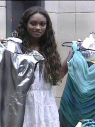 Jaqueline retira as roupas na despensa