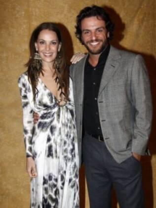 Carolina Ferraz ao lado do ator Rodrigo Lombardi