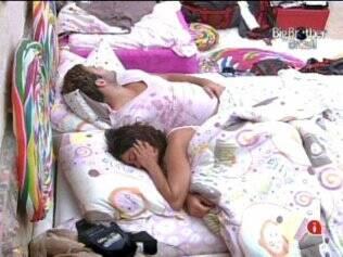 Maria e Wesley deitam na cama de casal