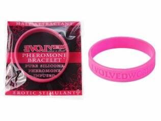 A pulseira está disponível nas cores rosa (para mulheres) e preta (para os homens)