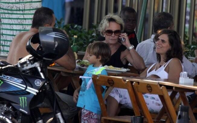 Ana Maria Braga almoçou com a família da filha Mariana no Rio