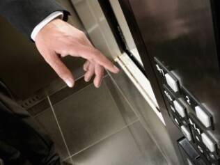 Dentro do elevador, tenha bons modos mesmo que esteja sozinho