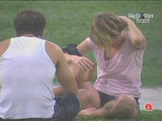 Daniel e Diana batem papo na área externa do reality