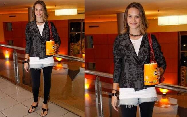 Juliana Paiva exagerou na composição do look: o blazer pesado e o legging preto não combinam com o jeans desfiado e a rasteira, peças ideais para o calor