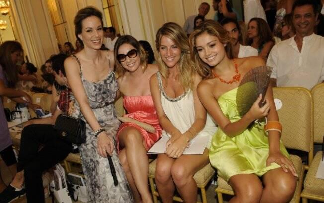 Giovanna Ewbank, de branco, cercada pelas amigas e atrizes Ana Furtado, Regiane Alves e Sophie Charlotte no Copacabana Palace