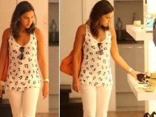 Mariana Rios escolhe sapato em loja de shopping carioca