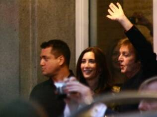 Paul McCartney e Nancy Shevell deixam hotel