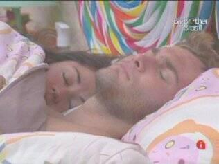 Casal: Wesley e Maria dormem abraçados