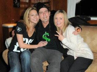 Charlie está vivendo com as duas mulheres em sua casa, em Los Angeles