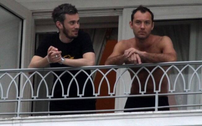 Astro de Hollywood mostra que está em forma ao aparecer sem camisa na varanda do hotel