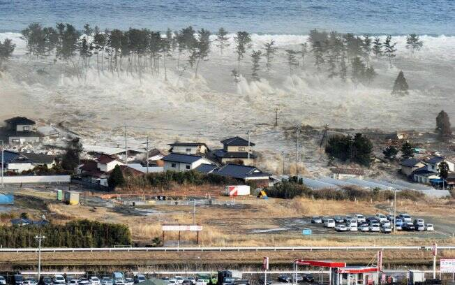 Resultado de imagem para tsunami gigante no japão