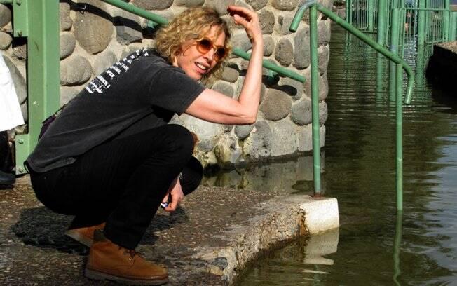 Na beira da água do Rio Jordão, onde São João batizou Jesus Cristo. ¿Não mergulhei, mas arrisquei jogar uma aguinha na cabeça¿