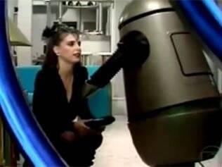 Lídia Brondi contracena com o robô Alcides em