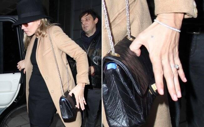 Detalhe do anel de noivado de Kate Moss