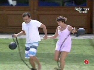 Daniel e Maria correm pelo jardim