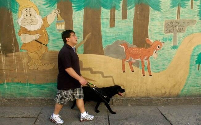 Samanta guia Clayton pelas ruas durante a fase de interação do treinamento