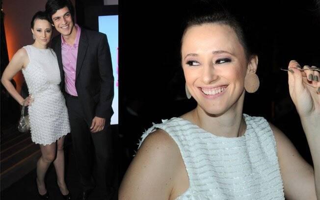 Paula Braun, que acompanhou o marido Mateus Solano, protagonista da trama, usou um vestido branco todo justo ao corpo. Ela deu à luz Flora, sua 1ª filha, em outubro