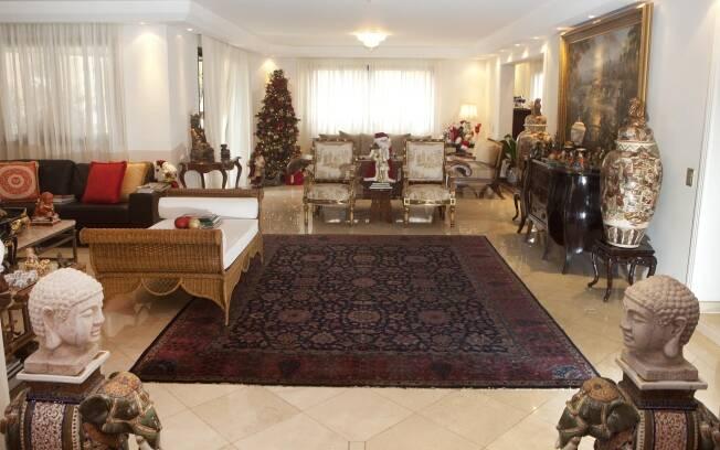 No ambiente que interliga as salas, destacam-se obras de arte, cadeiras palacianas e vasos de porcelana satsuma