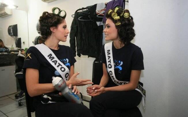 Misses Mato Grosso e Mato Grosso do Sul conversam antes do desfile
