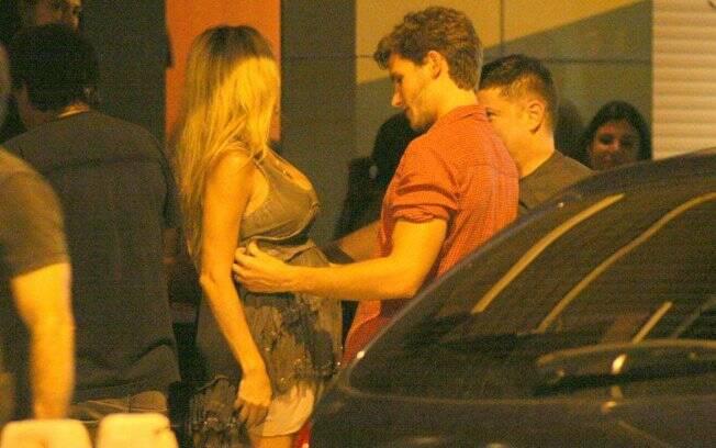 Jonatas: olhar apaixonado para a barriga da mulher