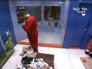 Segundo brother a desistir da prova, Wesley tira a roupa molhada e vai tomar um banho