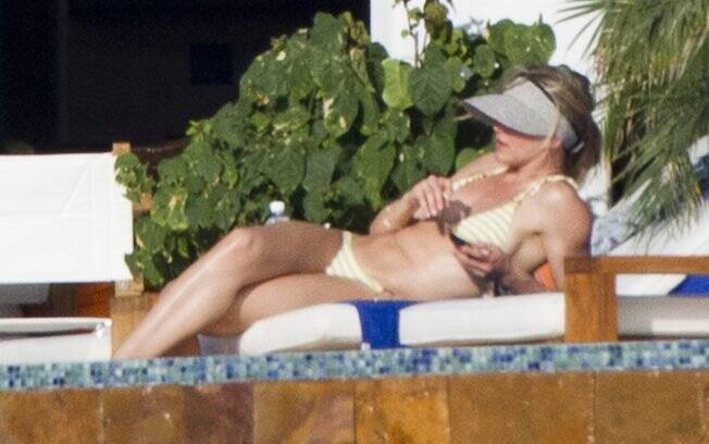 Cameron Diaz tomando sol na piscina do hotel mexicano