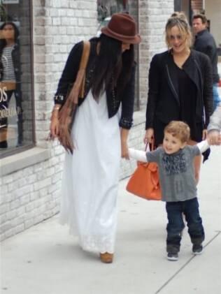 Camila Alves vai às compras com Claudia Leitte e o filho Davi em Los Angeles