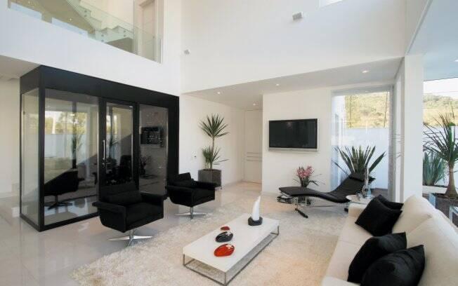 Em adegas com porta transparente é ideal utilizar vidros tratados com proteção contra raios UV
