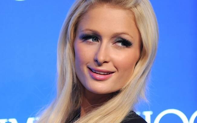 Paris Hilton prefere destacar os olhos e aparece com um rosa bem clarinho na boca