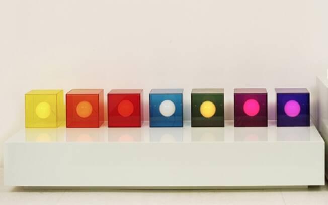 As luminárias Cubo, de acrílico translúcido, permitem combinações diversas
