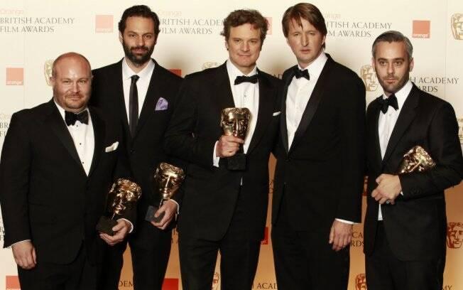 O ator Colin Firth e o diretor Tom Hooper posam com a equipe de