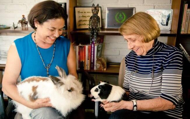 Elvira e Hannelore com Lili e Roy: melhora no tratamento com o uso da pet terapia