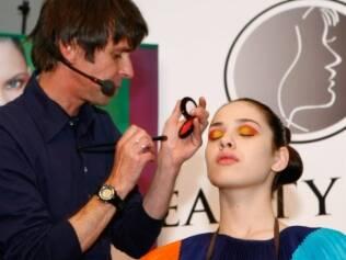 Duda Molinos mostra o uso de tons vibrantes na maquiagem: